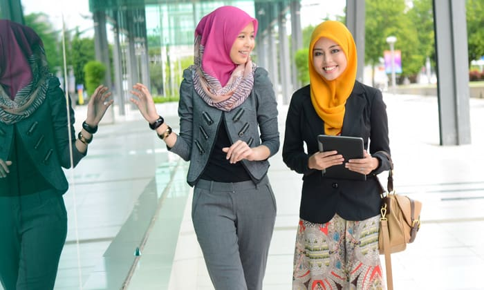 RebeccaLewis-July2014-muslim-businesswomen-hijab-malaysia-shutterstock